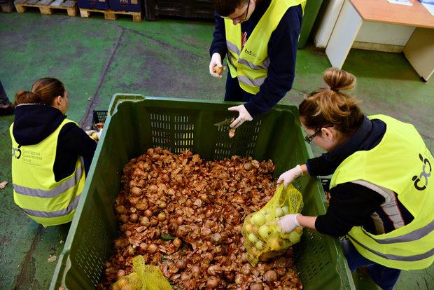 Мисията на Българската хранителна банка би била невъзможна без армията им Robin Food – хората, които спасяват храната и я раздават на нуждаещи се. Това са доброволци, които отделят от времето си около четири часа дневно няколко пъти в седмицата, за да почистват плодове и зеленчуци или да сортират и пакетират дарената храна. Ако искате да се включите индивидуално, с група приятели или корпоративно, можете да кандидатствате тук. http://bit.ly/2dLBsuo