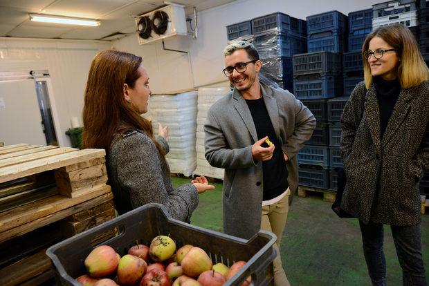 В хладния, но слънчев петък на 21 октомври изпълнителният директор на Българската хранителна банка Цанка Миланова, Симеон Василев от фондация Credo Bonum и Михаела Белорешка от BlueBirds, креативната компания със задача да създаде концепцията за вечерята (от ляво на дясно), се събират в логистичния склад на БХБ, за да изберат продуктите и да обсъдят менюто.