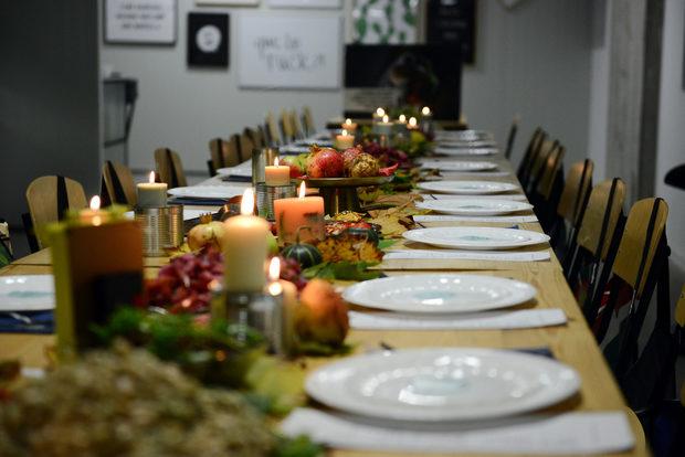"""Приготвянето на """"спасената"""" храна е колаборация между готвачите на """"Столова"""" by Roobar -Жоро и Бранко и Михаела Белорешка и Иван Желязков от Blue Birds, които създават концепцията и рецептите за вечерята."""