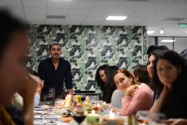"""Инициативата на фондация Credo Bonum не случайно носи името """"Храна за размисъл"""". Идеята е, че чрез храната можем да водим смислен диалог за нещата, които ни разделят и събират като общество. """"Търсенето на начини за пълноценно осъзнаване на разхищението на храна ни тласна към идеята за вечеря """"Втора употреба"""". Подобни акции под различна форма са правени и на други места по света, но вечерята със спасена храна търсеше да обърне и поглед към дейността на хранителните банки"""", казва Симеон Василев от екипа на фондацията."""