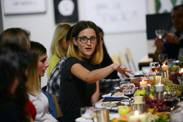 """""""Да споделяме по-простите рецепти, а не толкова великата кулинария, ни носи повече стойност в живота. Без едното можем, без това не можем, защото се храним всеки ден. Така че ако вземем малко повече от простотата на продуктите и им се насладим, когато е сезон, задачата ни е изпълнена"""", казва Михаела Белорешка от Blue Birds."""