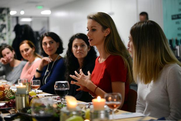"""Маркетинг мениджърът на Roobar - Стефка Дечина, обяснява, че домашно приготвената храна е в центъра на дейността на компанията и именно стойността на споделянето й е причината """"Столова"""" да отвори врати и за външна публика. Roobar спасиха своя партида бракувани курабийки и я дариха за приготвянето на десерта."""