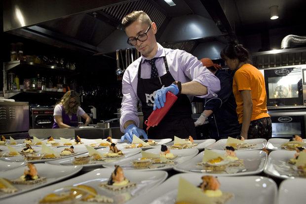 Много по-космополитна бе и вечерята, която Митко Шопов приготви. Тя не се ограничи само в любимата му Барселона, където той е живял, но ни разходи и в други вълнуващи краища на изключително богатата на регионални кухни, продукти и техники Испания - Кастилия, Страната на Баските, Андалусия и др.