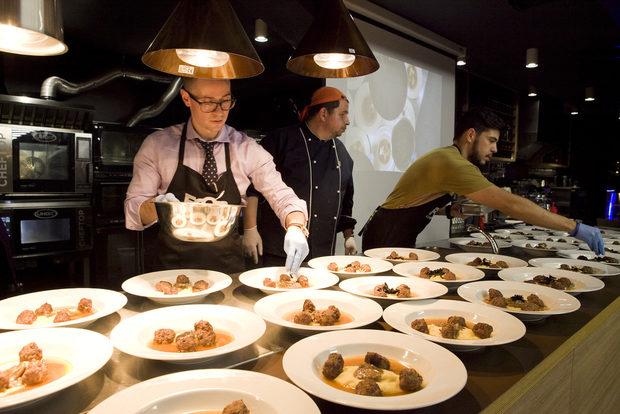 Mar-i- Muntanya умело съчетава вкусовете на морето и вкусовете от планината. Вариацията на Митко Шопов е вдъхновена по думите му от най-декадентската вариация, която Барселона може да предложи: комбинация от бавно готвено свинско и телешко, горски гъби и морски дарове - калмари и скариди в комбинация с пюре от пащърнак.