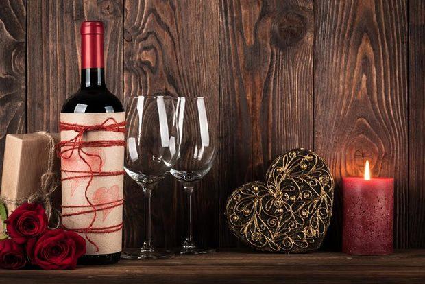 Февруари, февруари за вино и любов! А какво да изберем?! Трифон или Валентин? Нека има от всичко, защото виното е изкуство, а изкуството се прави с любов!Пенливите вина - са по-специалните вина, не защото ги избираме за специални поводи, а защото се различават от всички останали категории. Друга технология, друга бутилка, тапа...с две думи - специална работа. Белите вина от своя страна остават на заден план по нашите ширини, особено през студените месеци. Това не означава, че на празници като Трифон Зарезан и Св. Валентин не можем да отворим бутилка бяло вино. Можем, и то няколко! Дали по-ефирни и елегантни или пък по-стари и плътни, белите вина с достойнство се нареждат до своите червени събратя. Розетата се превърнаха в сензация през последните години и у нас те стават все по-търсени и предпочитани. Те са прекрасен избор за празничния ден! И да си дойдем на думата - червеното вино ни създава усещане за топлина и уют, изникват спомени за старото приятелство, за любовта.Изберете вино, споделете го и празнувайте какво си пожелаете (Трифон и Валентин няма да се сърдят, щом има вино). Дегустирайте и се пренасяйте на различни места, защото виното е живот, виното е история, която всеки път е различна, интересна и вълнуваща.*Иван Македонски е завършил Университета по хранителни технологии - гр. Пловдив. Магистърската му степен е свързана с изучаване на винения туризъм, но интересът му към света на виното датира от детството. В момента е управител на магазин CASAVINO Скобелев, където се е отдал на каузата да е посланик на вино културата и да повишава познанията на хората, и най-вече на младите клиенти, свързани с виното и неговата вселена. Организира професионални дегустации, винени обучения и най-вече помага на всеки, който желае да открива света на виното.