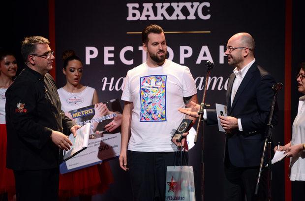 """Първата финалист за вечерта беше в категория """"Дебют 2016"""". Победител стана ресторант Niko'las 0/360 и получи две награди - от Маркус Татцер, управител на """"Порше България"""", както и от Атила Йенисен - главен изпълнителен директор на """"Метро България""""."""