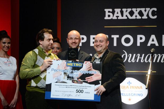 """""""Преди 10"""" взе наградата в категория """"Устойчива концепция """"Метро"""", дадена им от Атила Йенисен, Главен изпълнителен директор на """"Метро""""."""