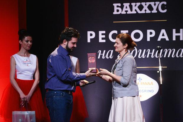 """Най-високо в категория """"Авторска кухня"""" беше оценен ресторант Lazy с шеф-готвач Ивайло Петков. Наградата им връчи Мирослава Симова - изпълнителен директор на 'Перно Рикар България."""""""