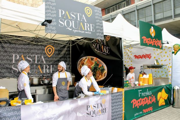 """Thessaloniki Street Food Festival се проведе за първи път пред сградата на кметството в Солун. Над 30 000 посетители се стекоха с коли, мотопеди, велосипеди или пеша, за да опитат, помиришат, вкусят билки, подправки, продукти, манджи и напитки от цял свят – мексикански буритос и такос (5.50-5.70) , азиатско суши (3.90-13.50), веган фалафел и сладоледени спагети, италианска пица, турски гевреци (0.50), кафе от Гватемала, конфитюр от манго или маракуя от Кения или Еквадор.Дълги опашки се извиха за """"старомодния"""" хамбургер (2.70) с карамелизиран лук, много подправки, сос от горчица, зеленчуци. Много търсен беше и хот догът със закачливото име """"Американски каубой"""" (3.60) с телешко и зелева салата.Любопитство у посетителите събудиха джинджифиловата бира, напитката с глухарче и репей, петмезът с ягоди и праскови, козунакът с шоколад и десетките бурканчета и стъклени шишета с паприка и кетчуп.Достойно уважени бяха така характерните за южната ни съседка лозови сърмички, баница със спанак и мекичките със симпатично име лукумадес. Но водеща на празника на храната беше гръцката гастрономическа идентичност на щанда на XAPTI KAЛАМАPI – всевъзможни морски изкушения – калмари, скариди, раци за 3.20 или 3.60 eвро , комбинирани с пресни картофки, овкусени с лимонов сок, майонеза. Тук гладниците като че ли бяха най-много. Не само заради добрия вкус. Това беше единственият щанд с меню и надписи на английски език, разбираеми и достъпни и за чуждестранни посетители като нас.Въпреки всичко гръцката азбука подейства като спирачка на малцина. Защото няма по-откровена любов от тази към храната."""