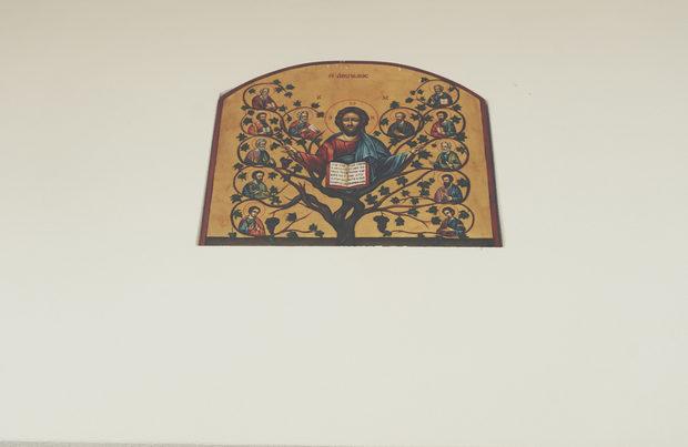 """Обиколката вътре в избата започва с една икона на стената: това е копие на византийската """"Христос - лозя на живота"""".Прочетете цялата статия тук."""