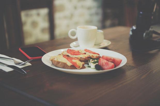 Класическа закуска от запечени филийки с кашкавал. Хлябът е домашен.Прочетете цялата статия тук.