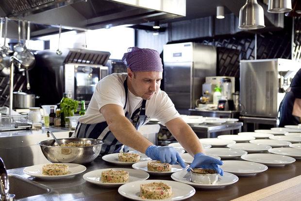 Това е Жоро, който се разпорежда основно в кухнята.