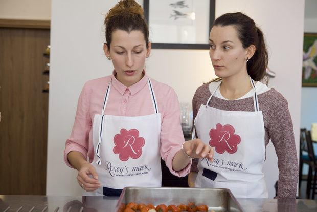 Основатели на Rosey's mark са сестрите Ина и Росица Паунови, посветили се на каузата за популяризиране на ролята на розите в съвременното хранене и кулинарията. Тази идея се въплъщава в мотото на бранда – флорална гастрономия от България.Всичко за Бакхус StrEAT Fest вижте тук.