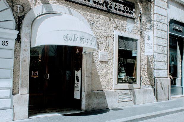 """В Италия кафето е един микросвят, истинска """"Божествена комедия"""". Всяка чаша еспресо е отделна история. Но нека ви разкажа тази, която научих на Via """"Condotti"""" 86. Тук, само на няколко крачки от прочутите Испански стълби, между шикозните бутици на модните гиганти, се e скрило най-старото кафене в Рим – Caffé Greco. През него са минали крале, кралици, махараджи, писатели, поети, композитори, актьори, певци. То датира от далечната 1760 година и е било любимо на Стендал, Байрон, Ханс Кристиан Андерсен, Менделсон, Вагнер, Гьоте, Казанова, както и на един голям българин – бележитият скулптор Асен Пейков (1908-1973), известен с портретите си на София Лорен, Фелини, Кенеди, както и с проект на паметник на хан Аспарух в София."""