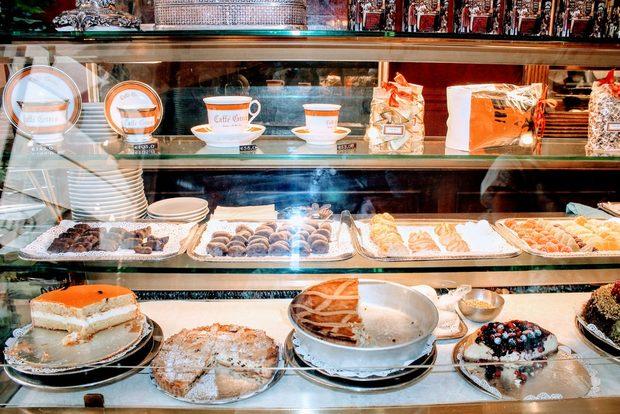 """Тортата на баба, целувчена торта, ябълков щрудел или някое от другите лакомства, които се предлагат тук, можете да консумирате и на крак на бара, за да си спестите така наречената такса """"място"""" или """"маса"""" но ви уверявам, че удоволствието няма да е същото и че всяка хапка от сладкиша за 10 евро си заслужава."""