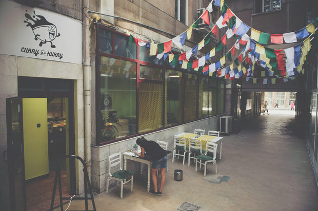 Curry in a Hurry, ул. Пиротска 30В безистена зад трамвайната спирка на Пиротска, там до Ботев, отскоро има ново място, в което някакви ентусиасти предлагат къри. Порциите са големи, а цените по-ниски от това, което искат в разни други индийски ресторанти. Реално, кърито им е вкусно. Все пак мястото е съвсем ново, така че нищо не се знае със сигурност, но ако издържи и оцелее, ще е супер за обогатяване на вкуса на целия този ориенталски каламбур наоколо. В крайна сметка – кой не обича къри?