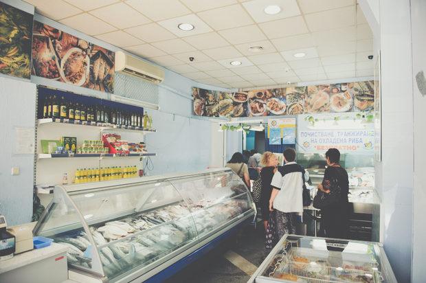 Морски Дар, бул. Стефан Стамболов 21Да, това е рибен магазин, където винаги има супер пресни неща. Но ако сте на разходка за ядене в района, просто можете да си вземете малко тарама, пушена риба или аншоа, маслини от съседите, малко хляб отнякъде и да пробвате да си намерите място на някоя пейка около ремонтирания преди време пазар. И като седнете и започнете да хапвате импровизирано, да се насладите на така динамичния и щур живот наоколо. Ако успеете, после ще има да разказвате – живописно е.