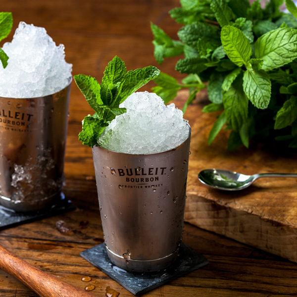 Американските уискита преживяват своя световен ренесанс, а начело на тази модерна нова вълна стои една от най-награждаваните алкохолни марки в света – Bulleit. Bulleit Bourbon впечатлява с характерно парливия си, чист вкус с нотки на ванилия, подправки и пипер – вкус без конкуренция и идеална съставка в приготвянето на коктейли. Тази година ще намерите Bulleit нa страхотнатa Travel Coctails каравана, точно срещу вход 4 и 5.INSTAGRAM @bulleitbgtravelcocktails.com/ Следете ни последните новости във Facebook »Всичко за Bacchus StrEAT Fest вижте тук. »Купете билет онлайн от тук