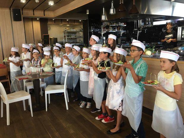 """Ние сме креативни, нестандартни, различни, весели и най-важното - свободни личности с големи сърца, очакващи да направят чудеса за вас и вашите деца!Детска академия """"Светулка"""" предлага интерактивни курсове за деца на тема здравословно хранене и как да си приготвят сами храна, съчетани със забавни кулинарни игри.Нашите инструктури са истински шеф-готвачи и професионалисти, които подкрепят каузата и с голямо желание помагат на децата да научат така важните неща за храната, докато се забавляват.Заповядайте при нас.Всичко за Бакхус StrEAT Fest вижте тук."""