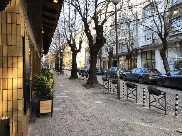"""Нека се обзаложим: в карето между """"Асен Златаров"""" и Докторската градинка се падат най-много и най-разнообразни места за ядене и пиене на глава от кварталното население. Хвърляме ръкавицата и започваме първа част от кварталната разходка."""