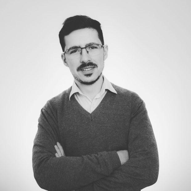 """Йордан Стефанов е докторант по микробиология и блогър. В академичната сфера се занимава с изучаване на микробни ензими, изолирането им от бактерии (биотехнологии) и техните приложения. В професионално отношение има значителен опит в микробиологичния и химичен контрол на качеството и безопасността при производство на храни, напитки, хранителни добавки и фуражи. Редом с това той е и собственик на уебсайта """"Наука и критично мислене"""", който популяризира науката.Лекцията ще бъде на тема """"Химия и микробиология в кухнята"""" и ще запознае слушателите с някои любопитни факти за човешкото възприятие на околната среда или как изборът на форми, цветове и текстури влияе върху вкуса и апетита на хората.Можете да купите куверт от сайта на събитието тук."""