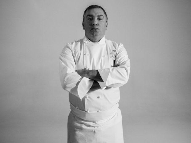 """Емил Минев е първият авангардист в България с ресторанта """"Талисман"""", който създава още през 2005 година, изпреварвайки времето си. Има 27 години професионална кариера зад гърба си, която включва Executive Chef в една от най-големите хотелски компании в света - Shangri-La Hotels & Resorts в Токио и Малдивите. През 2013 продължава кариерата си в хотела на веригата в The Shard, Лондон. От 2016 г. Шеф Минев е на длъжността Culinary Art Director в Le Cordon Bleu, Лондон и управлява екип от около 70 души.Като най-доброто си качество посочва умението да работи с хора и да извлича най-доброто от тях. За готвенето казва, че е смисълът на живота му. Богатият му опит го е научил, че ястията трябва да са най-вече вкусни, а успехът за един ресторант е комплекс от постоянно вкусна храна и добро обслужване, приятна обстановка, добра локация и ценова политика """"value for мoney"""". Смята грешките за неизбежна част от работата, но клиентът не трябва да става """"жертва"""" и да плаща за тези грешки.Според него измерител за успех на един професионален готвач е наследството и влиянието, което ще остави след себе си, а съветът му към младите таланти е да бъдат скромни, работливи, любопитни и отворени към света. """"Готвенето е един дълъг маратон, а не къс бърз спринт. Важно е самото пътуване - финал няма"""", казва Емил Минев.Специално за церемонията Ресторант на годината, шеф Минев създаде рецептата за основното ястие - ирландски Блек Ангус, моркови, цитруси, сладък соев сос, кафе и тимут пипер. """"Вдъхновение за всички мои ястия черпя от пътувания, опита и срещите с хора"""", споделя той, а вкусовете и ароматите на ястието му ще ни отведат до всички точки на света.Повече информация за менюто, събитието и как да закупите своя куверт може да намерите на сайта на Ресторант на годината или на фейсбук страницата на събитието./Снимка: Васил Германов/"""