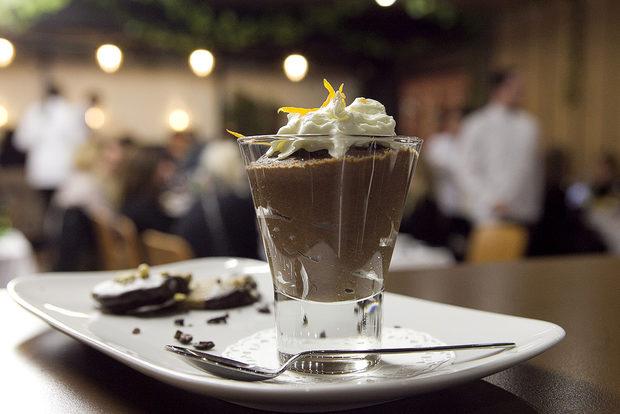 Десертът беше достоен финален акорд на високата класа на всичко до момента. Шоколадов мус с портокал и бисквити с лешници, потопени в кафе и тъмен шоколад. Томове са изписани за мистичната смес от шоколад и яйца, и все пак, единици и избрани са тези, които могат да я сътворят както трябва. Тук е необходимо плътният и изпълващ вкус, и пухкава, въздушна консистенция да са в пълна хармония. Е, на 22 февруари те бяха.