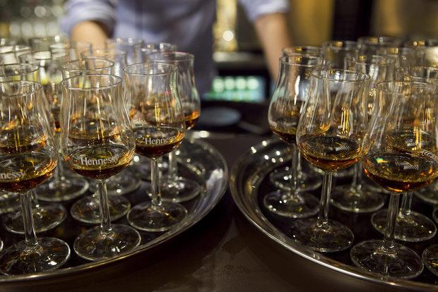 До муса и хрупкавата бисквитка, щедро обгърната с кафе и шоколад, седеше чашата с Hennessy Fine de Cognac.