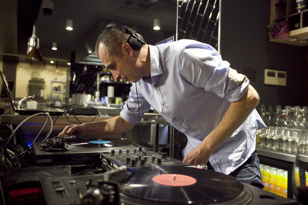 А следващата част започна с приповдигнато настроение, благодарение на музиката на специалния гост-DJ.