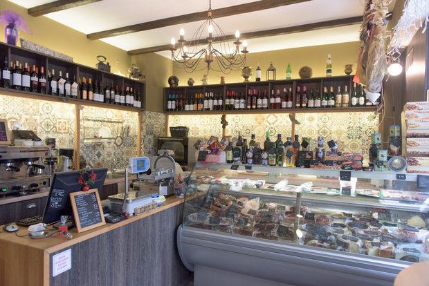 """La Casa Ibericaул. """"Сан Стефано"""" 4БЗапочваме разходката си по ул. """"Сан Стефано"""". На пресечката с ул. """"Марин Дринов"""" намираме La Casa Iberica - кулинарен магазин с двадесетина вида хамон, близо десет - чорисо, колбаси, сирена, маслини зехтини, сладка, вина. Всички те, разбира се, са испански. Освен за пазаруване, това е място, в което може да се изпие по едно кафе Dabov, да се изяде сандвич или малки мезета с по чаша вино или бира. Испански, разбира се."""