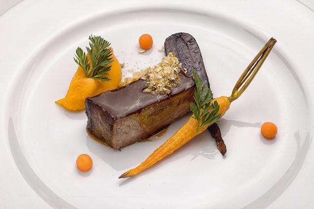 """Второ основно ястиеИрландски Блек Ангус, моркови, цитруси, сладък соев сос, кафе и тимут пиперЕмил Минев, Le Cordon Bleu, Лондон:""""Това ястие създадох специално за тази вчеря, въпреки че отделни елементи са присъствали и в някои от моите авторски рецепти през последните години. Вдъхновение за всички мои ястия черпя от пътувания, опита и срещите с хора."""""""
