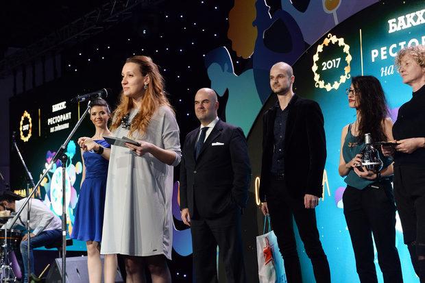"""Екипът на Jasmine приема наградата си в категория """"Нова Вълна - Гастробар""""."""