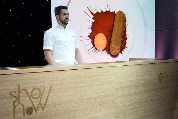 Десертът беше приготвен от шеф-сладкар Павел Павлов, който приготви и специален подарък за всеки гост - кутия с два ръчно направени шоколадови бонбона.