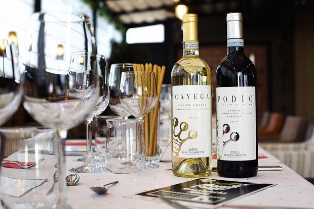 Компания на ястията направиха вината от Tenuta Carretta, предоставени ни от изба Едоардо Миролио.