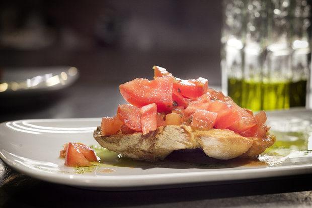 Първото ястие беше от южния италиански регион Пулия и типичните за там friselle - хрупкави брускети с чери домати, риган и зехтин екстра върджин.