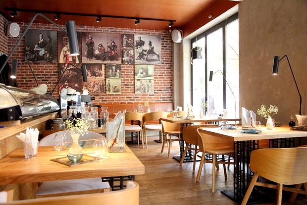 """Hamachi-ni означава """"Hamachi две"""" и """"към Hamachi"""", а много скоро ресторантът ще навърши и две години на новото си по-централно място на ул.""""Г. С. Раковски"""" 179. Интериорът съчетава модерен дизайн с открита кухня и зона в традиционен японски стил.Менютата са две и също представляват микс от класически суши предложения и модерна японска кухня. А под модерна японска кухня в Hamachi-ni разбират възможността да кривнат от правия път на традиционната кухня и нейните стриктни правила и кулинарни практики в посока фюжън. Храната е базирана на комбинации от японски продукти, но се презентира по съвременен европейски начин.Всичко за Бакхус StrEAT Fest вижте тук.Купете онлайн билет от тук:"""