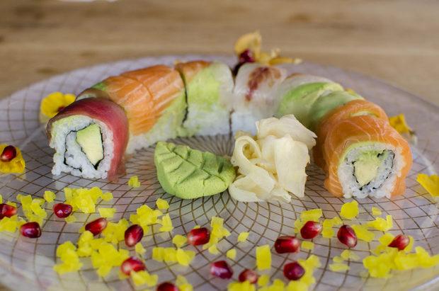 """Не се използва бяло брашно, а употребата на мляко, млечни продукти и захар е сведена до пълния минимум. Hamachi-ni се стреми да работи с местни производители и доставчици (""""Омая Ранч"""", """"Чифлик Ливади"""", ферма за патешкото месо в с. Бранище), а рибата си набавят както от Солун, така и най-големите европейски борси за риба. Tрайните продукти са японски - соев сос, мирин, саке, оризово брашно, темпура, водорасли, червен боб Адзуки.Всичко за Бакхус StrEAT Fest вижте тук.КУПЕТЕ БИЛЕТ ОНЛАЙН »"""