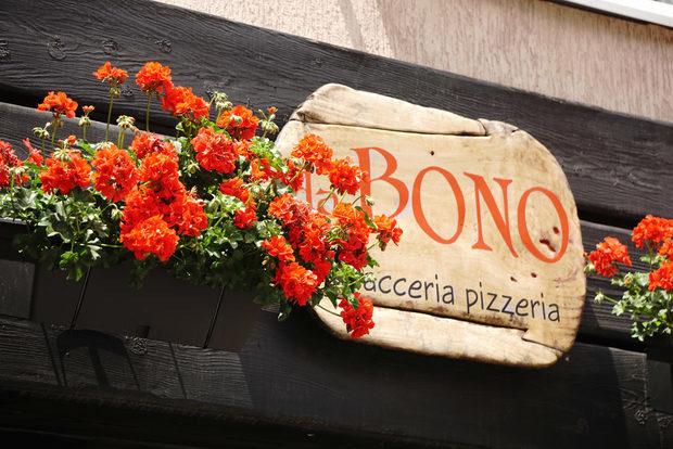 """Това е мястото, където може да откриете традиционни фокачи от няколко района на Италия, както и характерната за цяла Италия пица """"Pala"""" - пица на лопата, филони и ротоло от Наполи, сицилиански кренвиршки, фокача Романа, класическа пица и десерти като каноло сичилиано и домашно тирамису.Меню StrEAT Fest:☛ Пица """"Pala""""ПеперониМаргаритаПрошуто Кото☛ ФокачаРотоло☛ДесертиКаноло сичилианоАдрес: ул.Дойран 6тел.: 0888 515 881Всичко за Bacchus StrEAT Fest 2 вижте тук.Купете онлайн билет от тук:"""