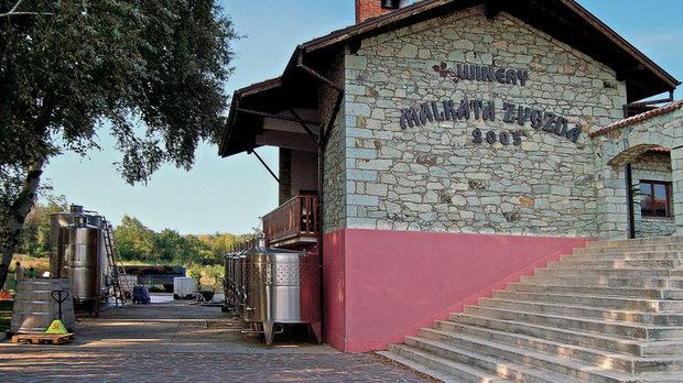 """Винарната е основана през 2005 г. от д-р Стефан Ангелов и партньори на място наречено """"Малката звезда"""" - кръстопът на стари римски търговски пътища. С 16 ха собствени лозя разположени на югозападните склонове на Сакар планина в Коларовския лозов масив, изба """"Малката звезда"""" е позната сред ценителите със своите много добри червени вина от каберне совиньон, мерло, мавруд, сира и каберне фран. Избата е част от Асоциацията на независимите лозаро-винари.Всичко за Bacchus StrEAT Fest 2 вижте тук.Купете онлайн билет от тук:"""