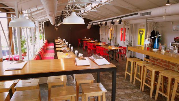 """В Щастливото прасе влагат цялата си енергия и старание, за да предложат на гостите си вълнуваща храна и топло гостоприемство в този малък семеен ресторант, разположен в стара къща в центъра на София.Концепцията на """"Щастливото прасе"""" е да съчетава авторска, сезонна кухня с коктейли. Храната е отражение на историята и интересите на екипа. """"Експепентираме с локални, сезонни продукти, съчетаваме различини култури, традиции и техники, за да споделим храната, която обичаме или да пресъздадем вкусовете от нашето детство, както кулинарните спомени от пътешествията ни по света.""""Основната движеща сила в """"Щастливото прасе"""" е Джун Йошида - """"мелез"""" (както той сам се нарича) между японец, българин, малко грък и македонец. Също така е епикуреец и меломан, подвизава се от време на време се като DJ, когато успее да """"избяга"""" от ресторанта. Някъде през 2004 завършва Cordon Bleu и работи известно време за Норман Ван Ейкън. След като се завръща в България, е главен готвач в новооткрития ресторант Brasserie. Историята му продължава като консултант в различни проекти (Boom Burgers, Cru и тн). През 2013 г заедно със семейството си отваря ресторант """"Щастливото прасе"""".бул. """"Цариградско шосе"""" 17Всичко за Bacchus StrEAT Fest 2 вижте тук.Купете онлайн билет от тук:"""