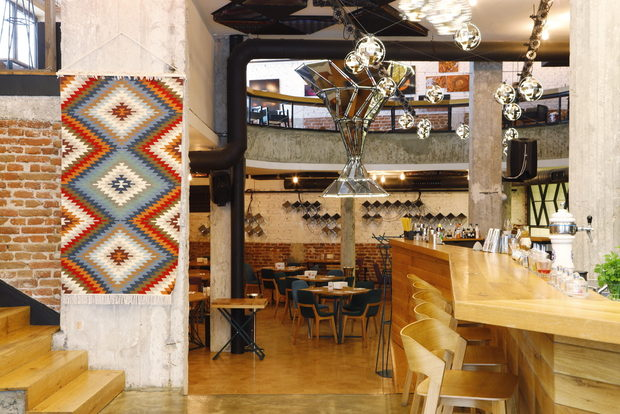 """Победител в категорията """"Модерна българска кухня"""" в последния ни конкурс """"Ресторант на годината"""", ресторант Космос е тук, за да покаже, че всичко българско и родно е, и винаги ще бъде изключително интересно и ценно, отваряйки пред нас вратите на една традиционна, но неочаквана и различна кулинарна вселена. Целта на КОСМОС е да експериментира с типично българския продукт и да предложи на гостите си една наистина традиционна кухня, поднесена по космически начин.ул. """"Лавеле"""" 19Всичко за Bacchus StrEAT Fest 2 вижте тук.Купете онлайн билет от тук:"""