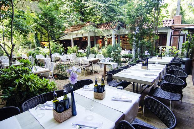 """Проверено, предпочитано, първокласно място в центъра на града, където се скриваме за романтична среща или дълга вечеря със стар приятел. Класическата средиземноморска кухня се приготвя в домашен стил. Качеството винаги е било на ниво, а градината.ех, в градината на Медитаренео времето просто спира, когато сме с чаша студено вино под зелените клони в топлите летни вечери, озвучени от лек джаз на живо.ул. """"Оборище"""" 9БВсичко за Bacchus StrEAT Fest 2 вижте тук. Купете онлайн билет от тук:"""