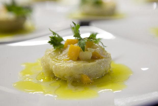 Кулинарното пътешествие продължи с артишок по средиземноморски, който нашата доманикя беше донесла специално за вечерята от Турция.