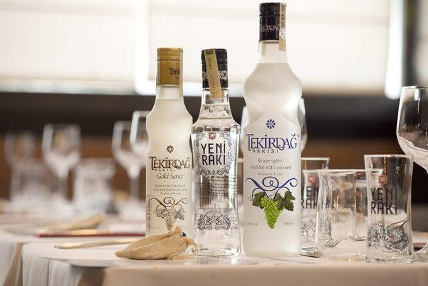 Компания на ястията на вечерта направиха селекция Yeni Raki, предоставена ни от партньорите ни Геслин ООД.