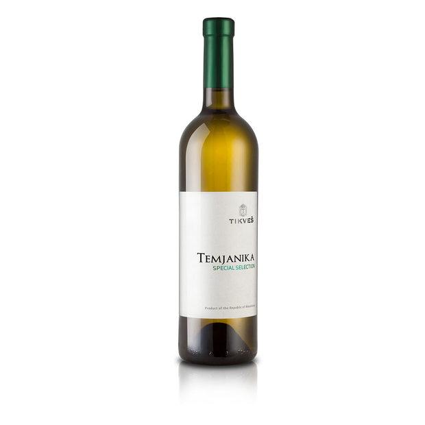 """Tikves Temjanika 2016 / ценова категория 10 - 15 лв.От съседна Македония, от тяхната може би най-известна винарска зона – Тиквешията, идва тази очарователна темяника, или както ние я наричаме - тамянка. За щастие нито единият от двата народа не може да претендира за родно място на сорта, който е доказано, че идва от Близкия изток, от териториите на днешните държави Сирия, Иран и Ирак и е добре познат в Европа като бял дребнозърнест мускат (Muskat blanc a petits grains) или мускат от Фронтинян (без също така да е оттам). У нас ще го срещнете като теменуга във Врачанско, а в съседна Румъния му казват тамайоса. Изобщо добре се е разпространил по света и у нас, но конкретно виното на македонската изба Tikves от този сорт е триумф на работата с него. Наистина. Тамянка е ароматен сорт, който, ако се направи добре, дава сочни и съблазнителни вина с нотки на бели цветя и смола, понякога сякаш са леко опушени (и от там аналогията с аромата на тамян), но винаги са ефектни, леки и освежаващи. Съветвам ви да оставите псевдопатриотичните предразсъдъци, ако имате такива, зад гърба си и да опитате това чудесно бяло вино. Ако не можете, опитайте българска тамянка на избите """"Братанови"""", """"Рупел"""" или """"Тера Тангра""""."""