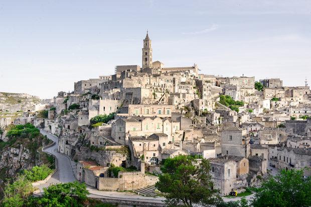 Забележителното е, че тези пещери, наравно с къщите, са били обитавани до 50-те години на ХХ век, след което Матера влиза в Списъка на световното културно и природно наследство на ЮНЕСКО и се превръща в невероятен архитектурен комплекс, който е една от визитките на италианския юг.Вижте цялата статия тук.