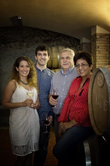 """Тези, които познават Вила Мелник и техните вина, знаят, че това е една от """"най-българските"""" изби. Семейство Зикатанови се гордее с местния си произход, с връзката със земята и виното, с наследството на региона и иска да възроди славата на локалните сортове - широка мелнишка лоза и дъщерните й Мелник 55, руен, сандански мискет. На Бакхус Fish Fest ще откриете специалната им селекция вина, подхождащи си с риба на щанда на DiVino.с. ХърсовоВсичко за Бакхус FishFest вижте тук.Научавайте новостите за събитието във Facebook.КУПЕТЕ БИЛЕТ ОНЛАЙН >>>"""