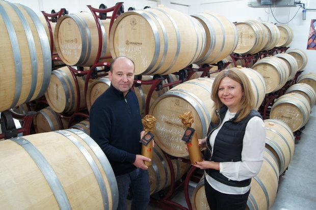 Създаването на Винарско имение Драгомир е осъществената мечта на Наталия Гаджева и Константин Стоев, които от самото начало на избата променят представите за българското вино. Бутиковота изба произвежда лимитирани количества, които се бутилират еднократно. Елегантността и неподражаемият почерк на вината се дължат на екипа на избата, благодарение на който Драгомир присъства редовно в класацията за най-добрите български вина. По време на фестивала ще ги откриете на щанда на DiVino.Всичко за Бакхус Fish Fest вижте тук.Научавайте новостите за събитието във Facebook.КУПЕТЕ БИЛЕТИ ОНЛАЙН ОТ ТУК: