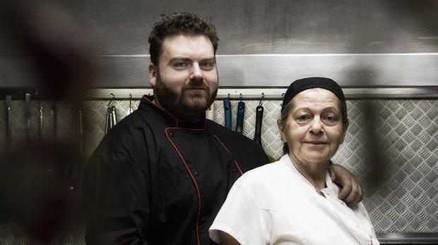 """""""Намира се къде!?"""" вероятно все още е една от най-често срещаните реакции на хората, когато се запътят към ресторант Da Massimo. Спечелилият награда за """"Вкусно място"""" на конкурса """"Ресторант на годината 2017 Бакхус Acqua Panna & S.Pellegrino"""" ресторант, освен с нестандартната си локация е известен и с факта, че там място за обяд или вечеря без резервация не може да се намери. Една от причините е разнообразието на морски деликатеси в менюто, някои от които не могат да се намерят в друг ресторант в София. Затова сме много щастливи, че собственикът Масимо Бондини се съгласи да участва на Бакхус Fish Fest и в рамките на един ден да се премести в центъра на София. Очаквайте специалното му меню за фестивала, което ще е изцяло посветено на семейните италиански морски рецепти на семейството. Възможност, която не е за изпускане!Mеню за Бакхус Fish Fest:✺ Карпачо от варен октопод върху канапе от рукола и чери домати, овкусено с италиански екстра върджин зехтин✺ Пикантни бейби откоподи с чери домати на тиган✺ Филе от италиaнска аншоа с червен лук, магданоз и лютоВсичко за Бакхус FishFest вижте тук.Научавайте новостите за събитието във Facebook.КУПЕТЕ БИЛЕТ ОНЛАЙН >>>"""