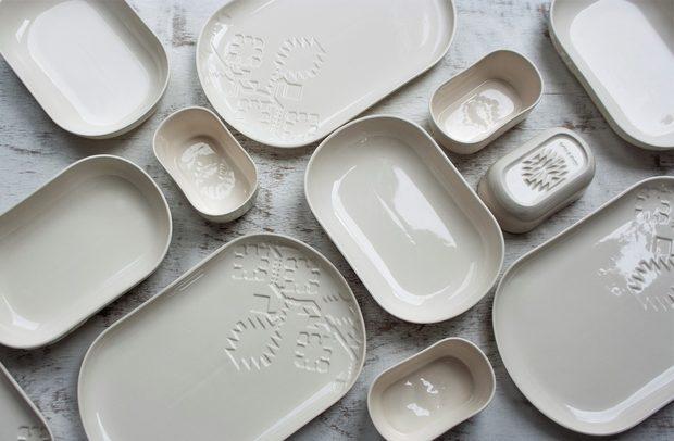 Сет за хранене CHI PatternНещо старо, нещо ново, нещо назаем, нещо бяло. Нещо, което придава модерен смисъл и може да бъде символ на етикета Made in Bulgaria. Тези съвременни съдове за хранене по идея и реализация на Рада Дичева и Калин Вълчев използват образното богатство на символите и елементите, втъкани в чипровските килими, но вместо традиционната керамика, изборът тук е порцелан. Използваме и преосмисляме наследството, без да го имитираме. Въздействаме без цвят, с чистота и минимализъм. Подаряваме дизайн, отношение, мисъл и естетика.От tochka & tochkaГолямя чиния - 80лв.Средна чиния - 70лв.Купичка - 35лв.